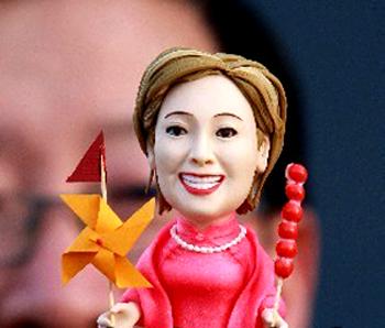 statuetta di Hillary Clinton