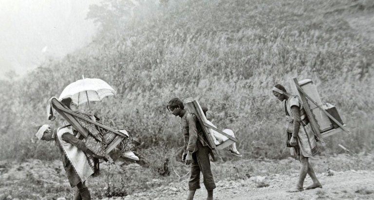 Portatori aborigeni in una zona montuosa di Taiwan. 1910