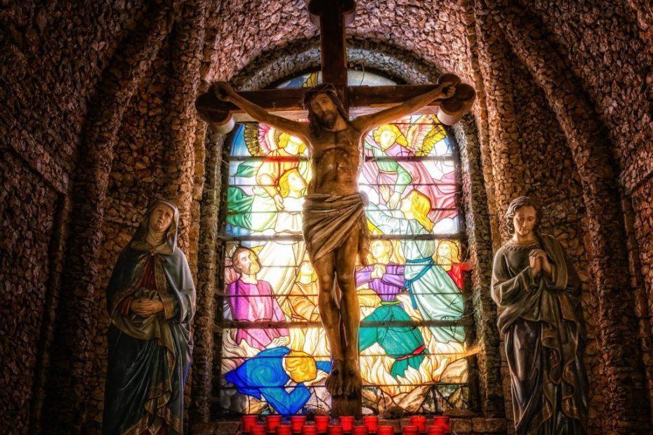 Imagem de uma cruz com Jesus dentro de uma igreja para ilustrar a página de cifras do 23º domingo comum ano b
