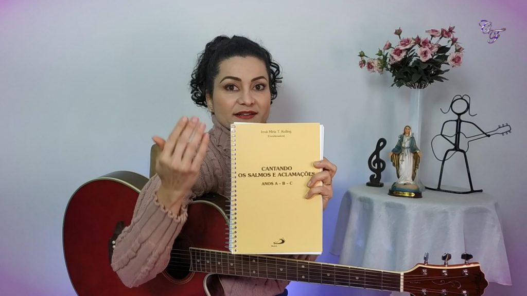 Cindy Ferrarezi com o livro de salmos da irmã miria kolling