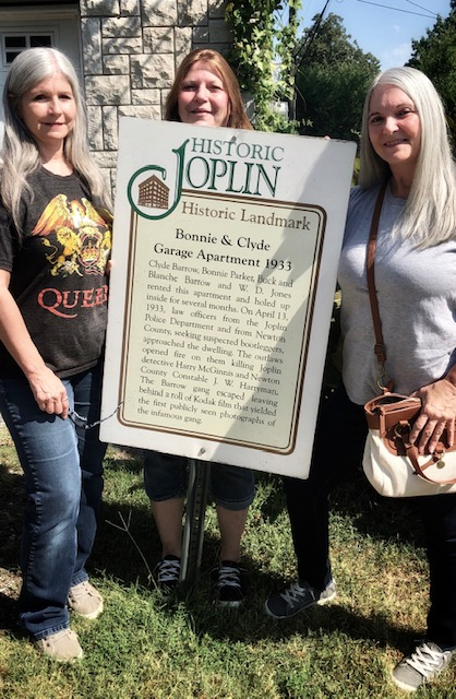Overnight at the Bonnie and Clyde Hideout sign