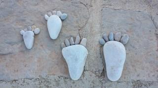 empreintes de pieds en galets