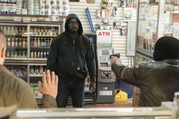 Un black dans un sweat à capuche: justicier ou simple dealer? - photo Myles Aronowitz pour Netflix