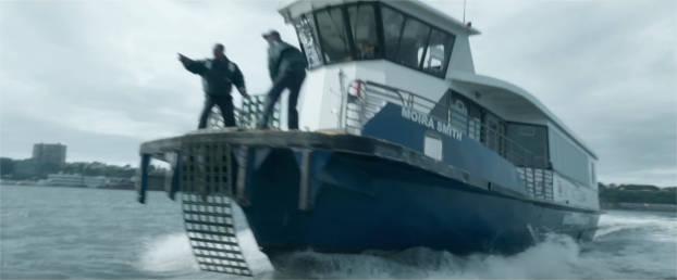 Il n'a fallu que quelques minutes pour que les ferries rejoignent N106US et commencent à évacuer ses occupants. - capture de la bande-annonce