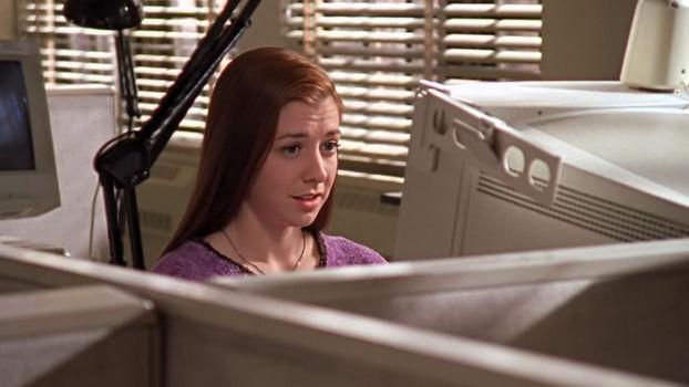 Alyson Hannigan au milieu d'ordinateurs