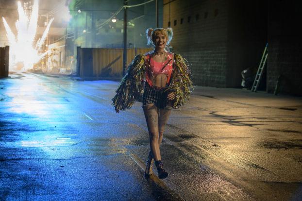 Margot Robbie devant une explosion
