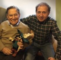 Padre e hijo junto a una figura de El Gato con Botas