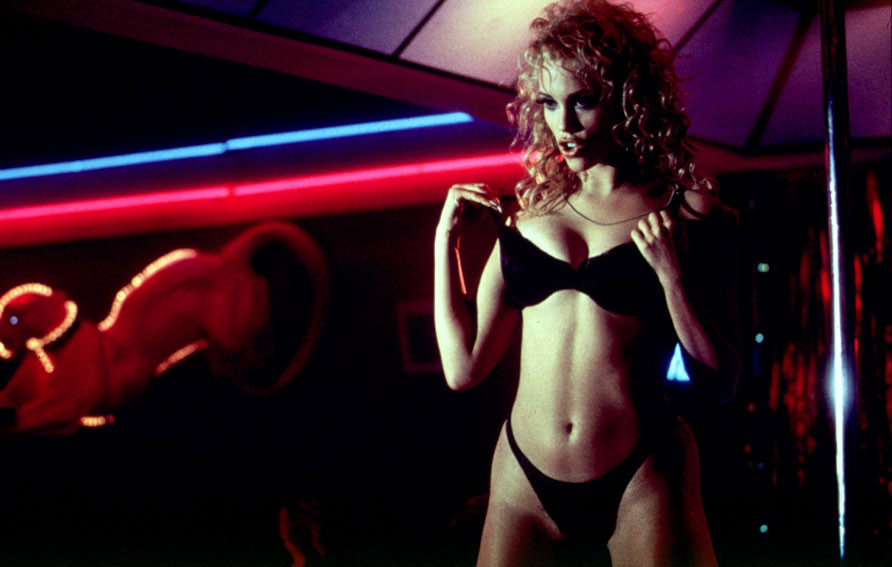 Elizabeth Berkley dans Showgirls