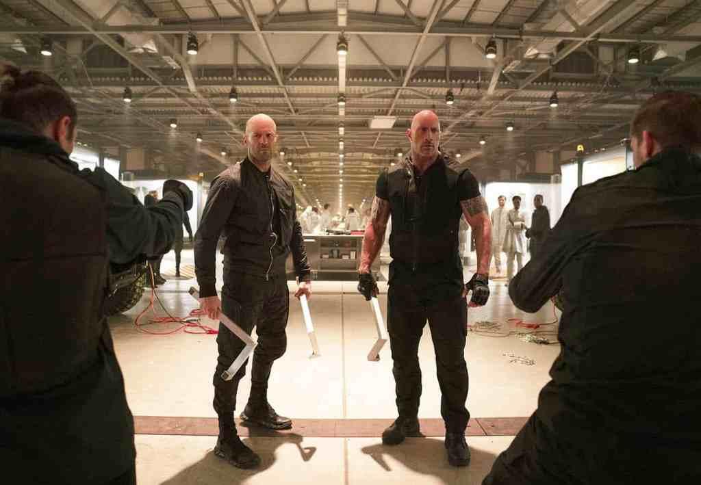 Deckard Shaw (Jason Statham) and Luke Hobbs (Dwayne Johnson) cernés