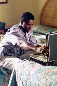 Denzel Washinton devant un magot dans Out of time