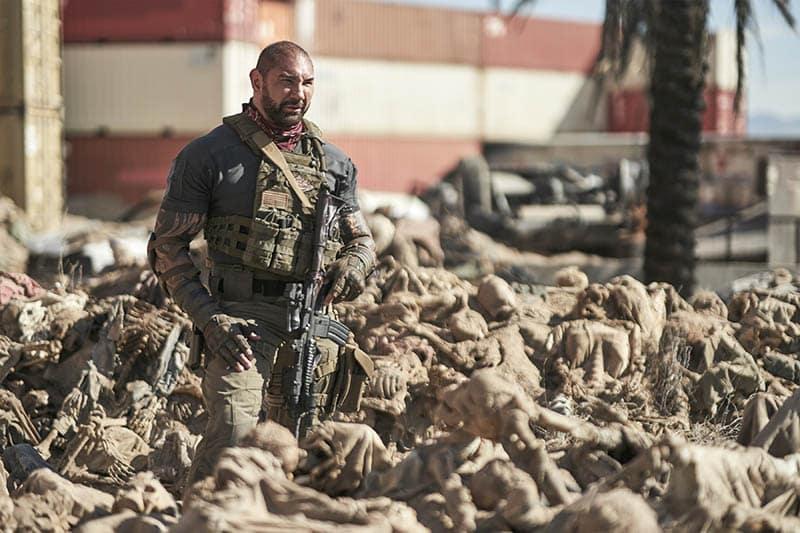 Dave Bautista au milieu d'une armée des morts bien morte