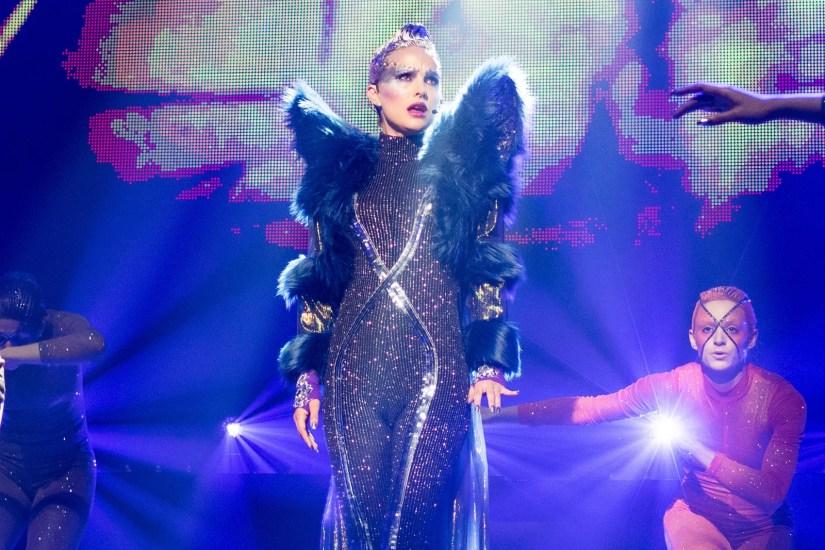 Natalie Portman no palco cantando numa cena de Vox Lux