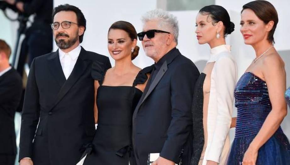 Madres Paralelas y Spencer, las películas más aclamadas en Venecia