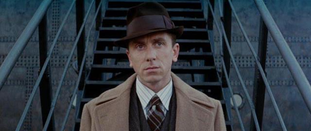 Novecento (Tim Roth) mentre si prepara a scendere a New York