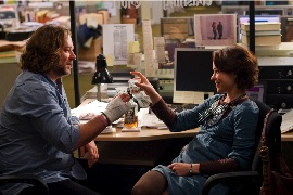 Cal McAffrey (Russell Crowe) and Della Frye (Rachel McAdams)
