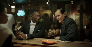 Green Book: O Guia - cena do filme com Mahershala Ali e Viggo Mortensen no bar