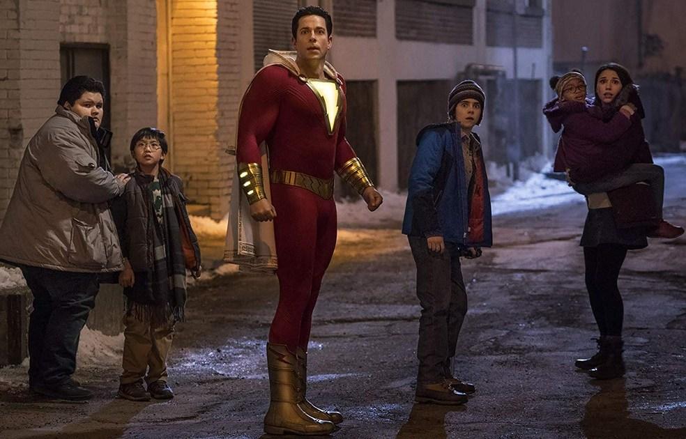 Shazam - imagem com Zachary Levi e elenco infantil do filme