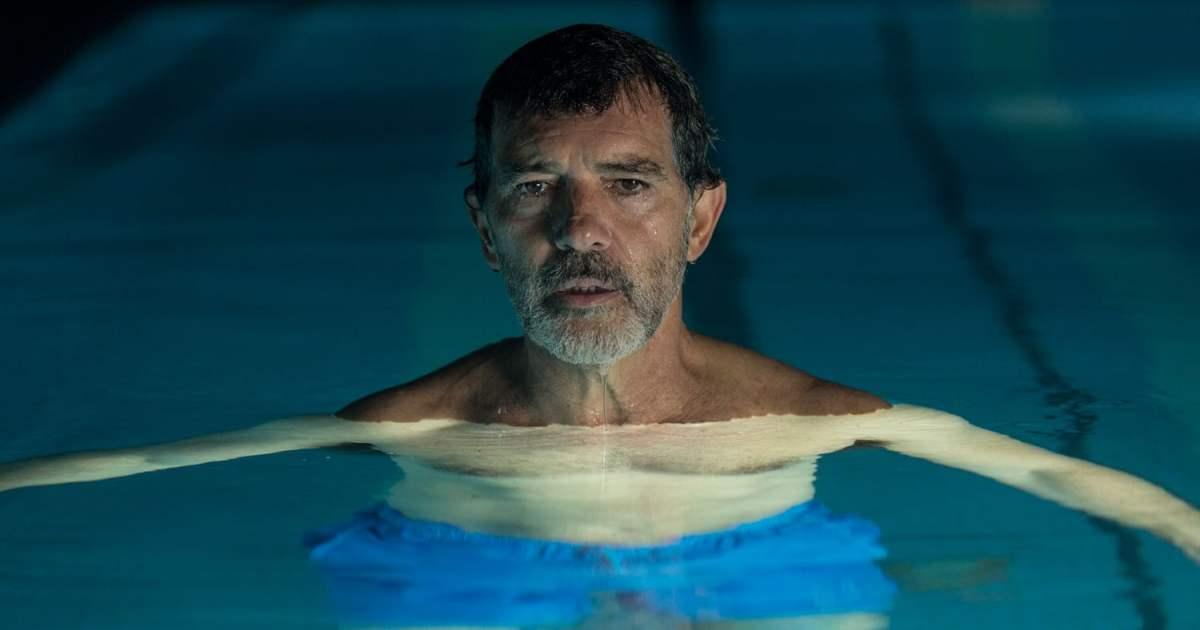Dor e Glória. Personagem aliviando sua dor na água.