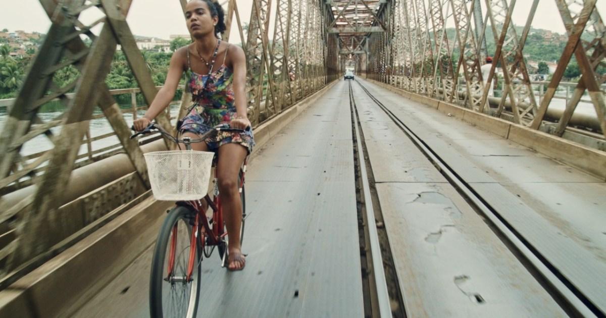 Personagem de Aline Brunne andando de bicicleta - Cena do filme Café com Canela