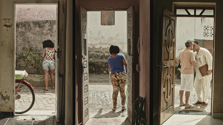 Imagem de três portas de casas vizinhas vistas de dentro - Cena do filme Café com Canela