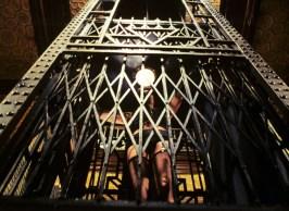 Tim Curry è il Dr. Frank-N-Furter prende l'ascensore per tornare al suo laboratorio