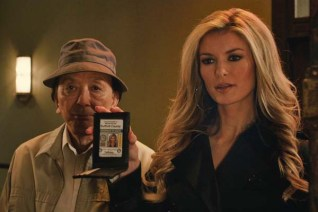 James Hong et Marisa Miller dans R.I.P.D. Brigade fantôme (2013)