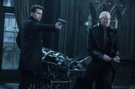 Charles Dance et Theo James dans Underworld: Blood Wars (2016)