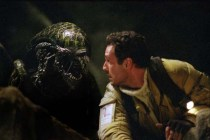 Raoul Bova et Tom Woodruff Jr. dans Alien vs. Predator (2004)