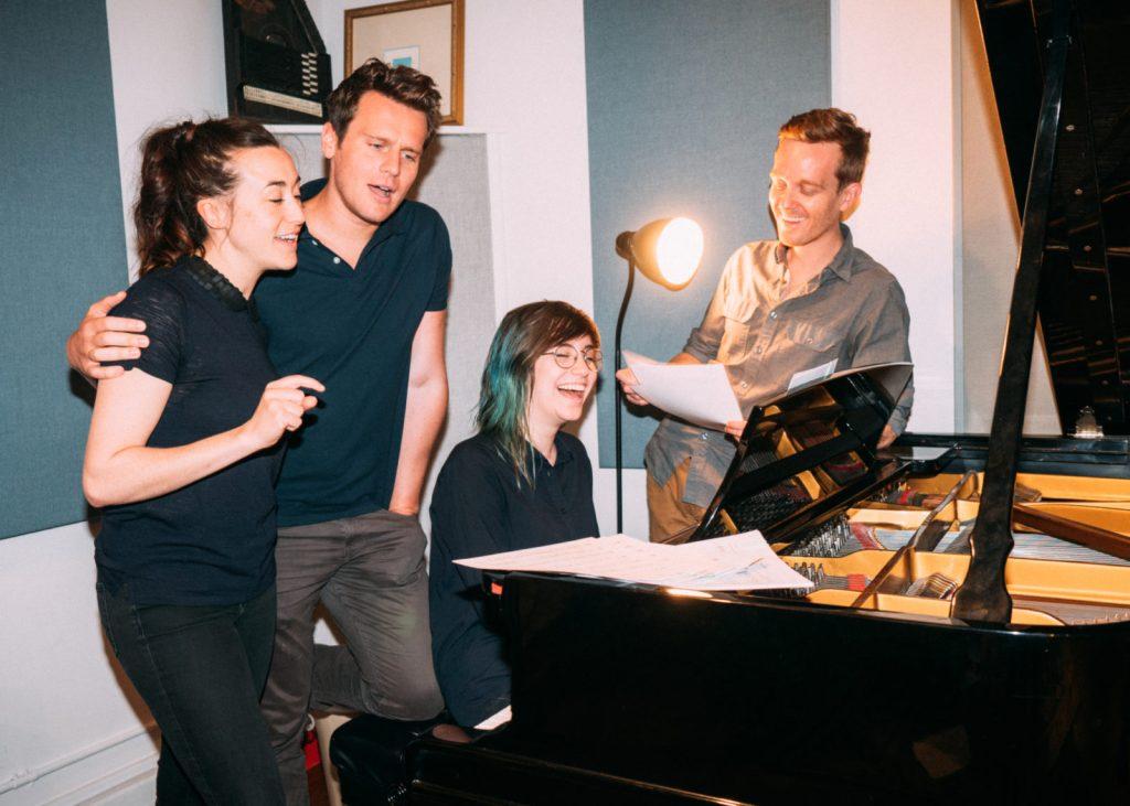 El equipo del podcast musical 36 Questions en una sesión de grabación.