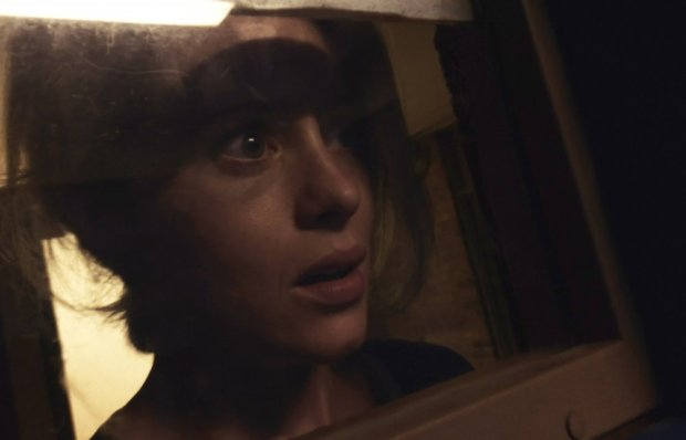 unsane-2018-004-claire-foy-looming-in-mirror