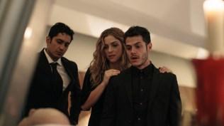 FOX Premium - AQUI EN LA TIERRA - Izq. Tenoch Huerta, Paulina Davila y Alfonso Dosal (Episodio 1)