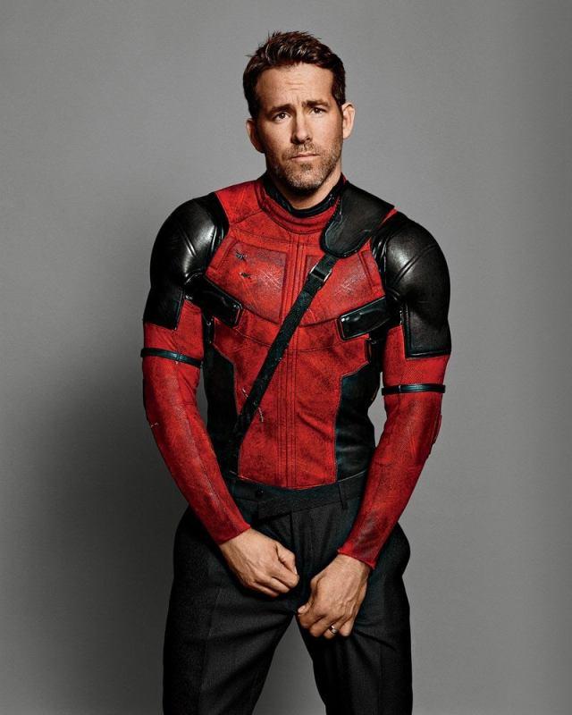 fotografía de ryan reynolds con traje de deadpool