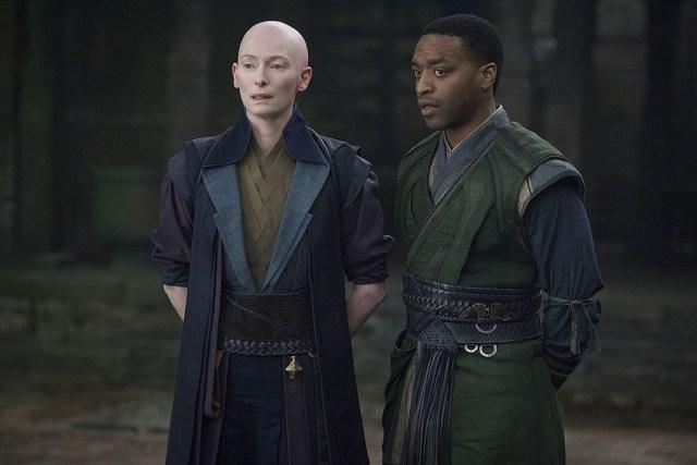 Chiwetel Ejiofor y Tilda Swinton en Doctor Strange