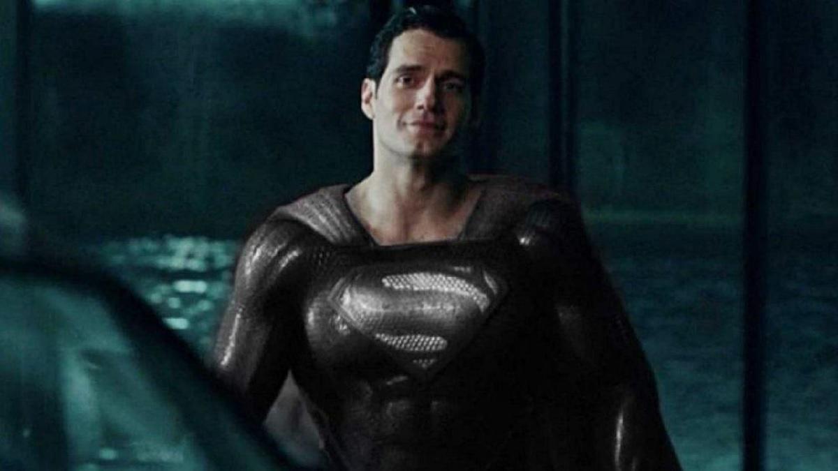 Fotografía de Henry Cavill como Superman con traje negro en Zack Snyder's Justice League