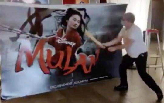 Hombre destruye anuncio de Mulán en Francia