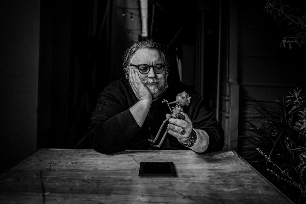 Fotografía de Guillermo del Toro con marioneta de Pinocchio