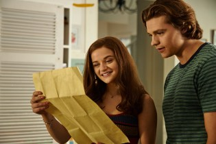 THE KISSING BOOTH 3 (2021) Joey King as Elle and Joel Courtney as Lee. Cr: Marcos Cruz/NETFLIX