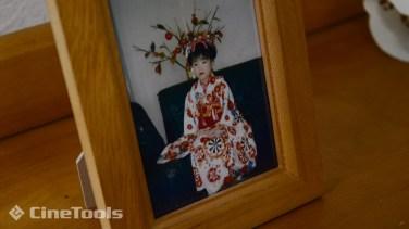写真立ての中には、娘役本人の幼少期の写真が!