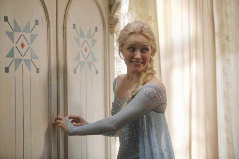 Georgina Haig no papel de Elsa