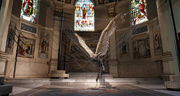 Una Estatua De Lucifer Gigante Dentro De Una Iglesia Catlica-7144