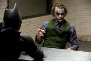 Batman interrogando al Guasón