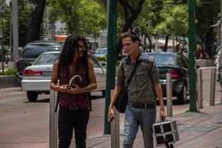 """2 individuos cruzan la calle sin saber que he """"tomado"""" su imagen, objetivándola en un archivo"""