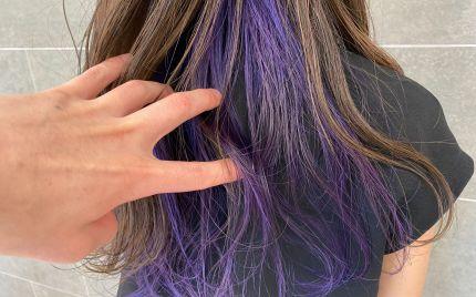 耳周りから襟足にかけて紫色になっているヘアスタイル