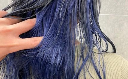 耳周りから襟足にかけて青色になっているヘアスタイル