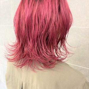 肩の位置で跳ねさせた茜色のヘアスタイル