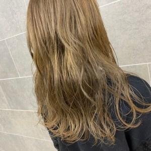 肩甲骨にかかる程度の長さの金髪のヘアスタイル