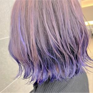 全体が紫で毛先にかけて群青色になっているヘアスタイル