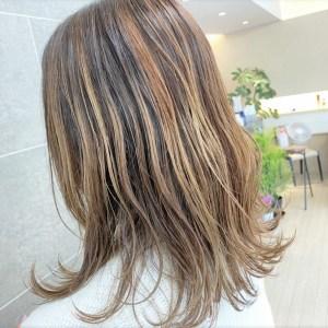 白髪染めを使わずハイライトで明るく染めて白髪を見えにくくしたヘアデザイン