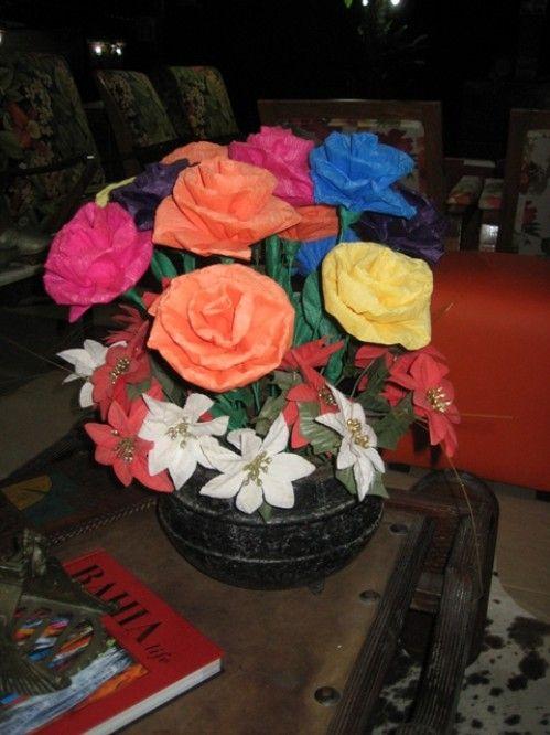 Flores coloridas de tecido ou crepom