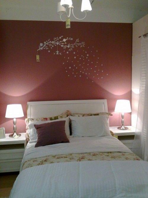 Adesivo de parede branco de árvore em parede rosa. Da Etna.
